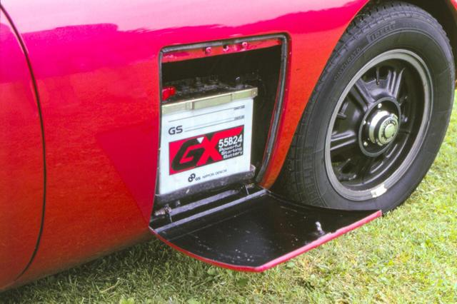 画像: トヨタ2000GTの運転席側リッドにはバッテリーが格納されている。