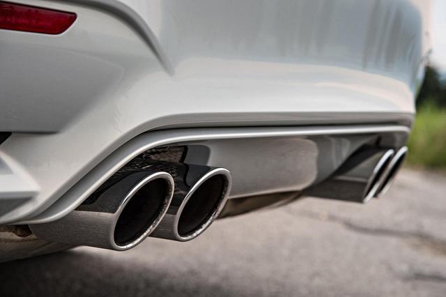 画像: BMW M4の4本出しテールパイプ。