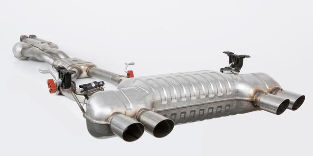 """画像: BMWの現行M3/M4のもので、2本のエキゾーストパイプを通っているいわゆる""""本物""""の複数本出しテールパイプだ。"""