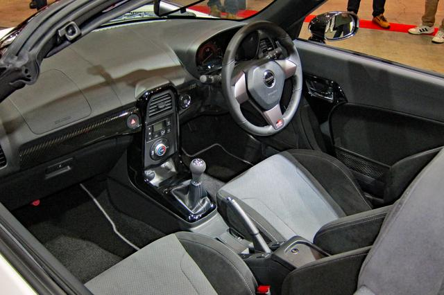 画像: ホワイトボディ車のインテリア。専用レカロシートなどを装着している。