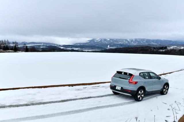 画像: 除雪が進んでいて幹線道路に雪はなし。ただし、一歩脇道に逸れると雪まみれ。