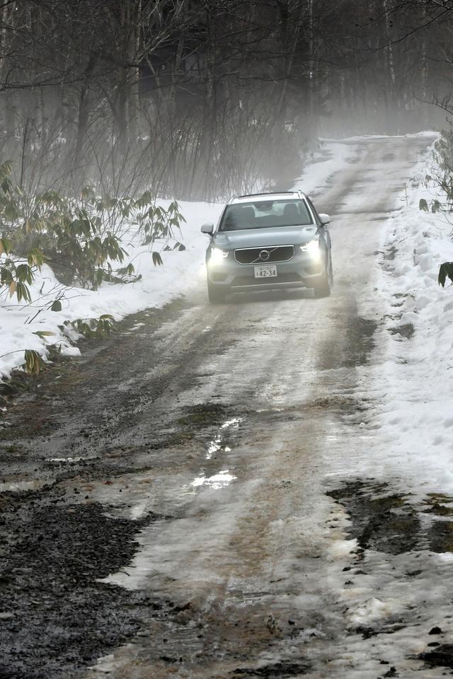 画像: 林間を縫う道路は、部分的には未舗装で雪の状態もシャーベットから圧雪、凍結状態と一定していない。こんな場面でも、XC40は終始落ち着いた挙動でスマートに走る。