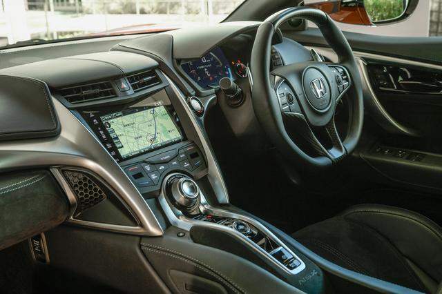 画像: コクピットまわりは変更なし。取材車はオプションのカーボンファイバーインテリアスポーツパッケージ装着している。