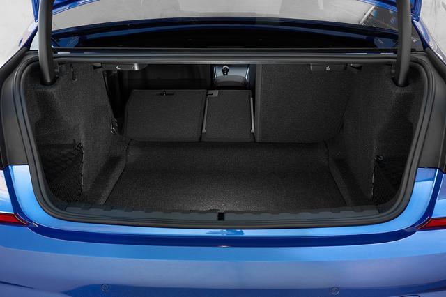 画像: トランク容量は480L。リアシートバックは40:20:40の分割可倒式で全車標準装備となった。オートマチックトランクリッドも設定。