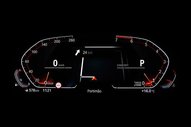 画像: 「BMWオペレーティングシステム7.0」と名付けられたシステムに含まれる多様なディスプレイを可能とするメーターパネル。新デザインで回転計は左回り。中央はナビを表示中。