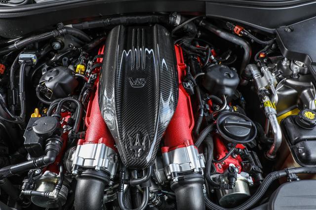 画像: マセラティ史上最強の心臓。トロフェオとGTSではスペックが微妙に異なる。Q4の先進的な4WDシステムに組み合わせるための改良も、徹底されている。