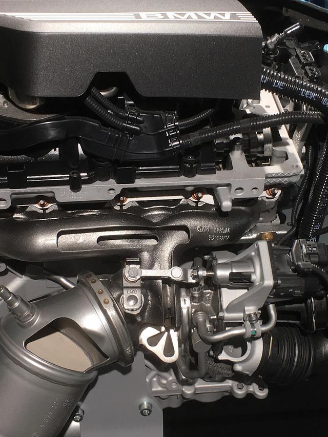 画像: 2L直4ディーゼルターボエンジンには新たにシーケンシャルツインターボ機構を装備。上に高圧用小径ターボ、下が低圧用大径ターボで可変タービンジオメトリー機構を備えている。ユニットは上下一体型でボルグワーナー製。