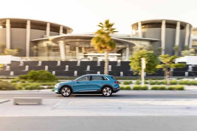 画像: アダプティブエアサスペンション装着車は車高を76mmの幅で調整することが可能である。オフロード走行時に最低地上高は172mmを確保している。