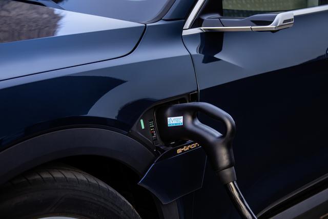 画像: 急速充電、普通充電に対応するが、日本の急速充電チャデモではその充電の能力をフルに発揮できない。