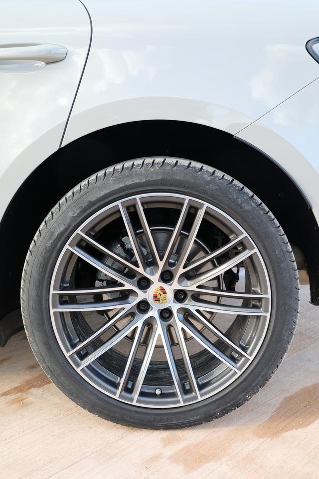 画像: フロント265/40R21、リア295/35R21の前後異サイズタイヤ。カラークレストホイールセンターはオプション。