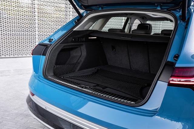 画像: テールゲートやドアはアルミニウム製。ラゲッジルーム容量は定員の5名乗車時660L、最大で1725Lにまで拡大することができる。
