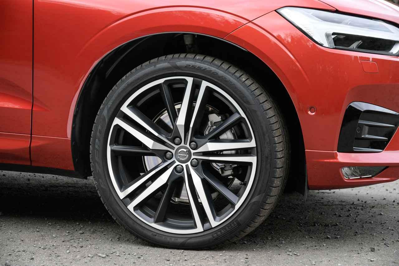 画像: T6 AWD Rデザインは21インチタイヤを見事に履きこなす。ホイールは5トリプルスポークの8.5Jを装着。