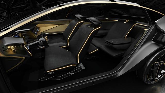 画像: 後席は両側にアウトボードシートを用意。プレミアム感満点だ。