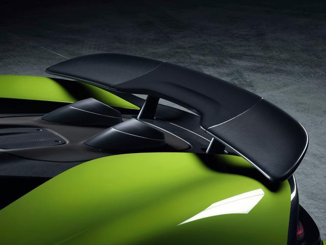 画像: クーペと同じデザインの固定式リアウイング。250km/hで走行中のダウンフォースは100kgに達する。
