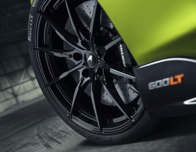 画像: サーキット指向のビスポークピレりPゼロ トロフェオ Rタイヤを装着。