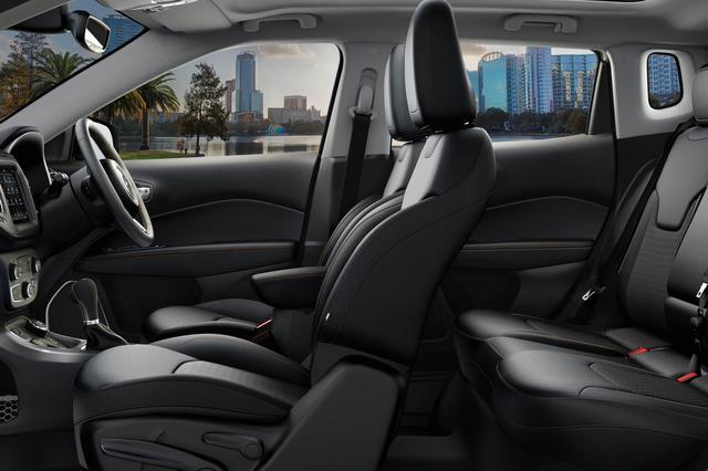 画像: 「リミテッド」はレザー/メッシュクロスシートを装備。フロントシートにはヒーターも備わる。