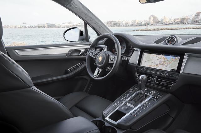 画像: ネットワーク化された新しい10.9インチフルHDタッチスクリーン付ポルシェ コミュニケーションマネジメントシステム(PCM)を標準装備。オプションのGTスポーツステアリングホイールには、モードスイッチ(スポーツレスポンススイッチを含む)が組み込まれている。新しいトラフィックジャムアシスト、車内の空気の質を改善するイオナイザー(標準装備のパティキュレートエアフィルターとの組み合わせ)などのオプションを装備することもできる。