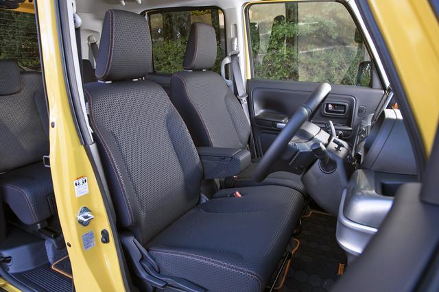 画像: オレンジステッチ入りのシート地は撥水加工されている。前席はヒーター付きなのもうれしい。