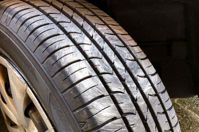 画像: 据え切りをするとタイヤの一部分だけを摩耗させてしまう。このような模様がつくが、この程度では問題にはならない。