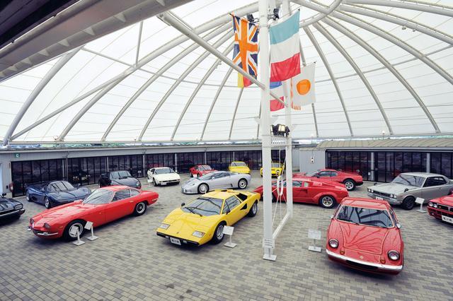 画像: 透過性のあるルーフを使った明るい展示スペースに国内外のスポーツカー30台あまりを展示、それらすべてが動態保存されているという。