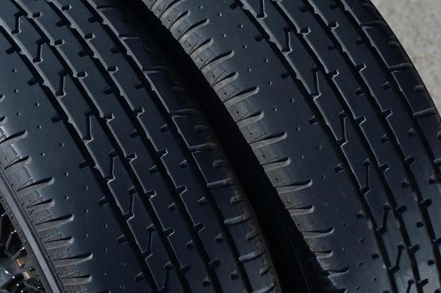 画像: 画像の左にあるタイヤがフロント、右にあるのがリアに装着されていたもの。ローテーションした甲斐あって、タイヤの減り方はほぼ同じ。
