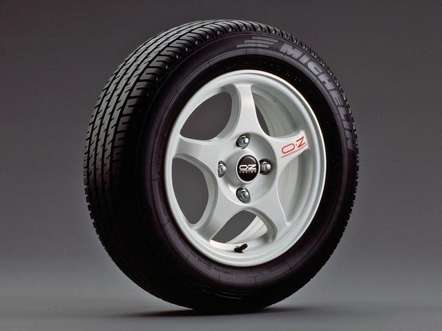 画像: タイヤサイズは205/60R15が標準設定となった。これにより大径タイヤが履けるようになり、195/65R15という当時ダートを走るために適したサイズが装着可能になり、モータースポーツ参加者を喜ばせた。