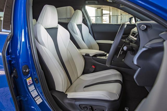 画像: フロントシートは、腰回りを包み込む厚みのある下部と、張りを持たせたタイトな仕立てのショルダー部からなる。