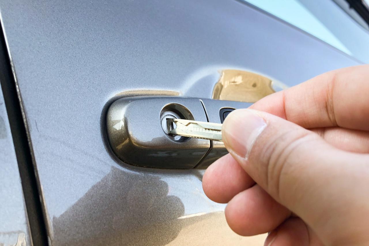 画像: スマートキー内蔵の物理キーで解錠。この際、盗難防止警報が作動することもある。