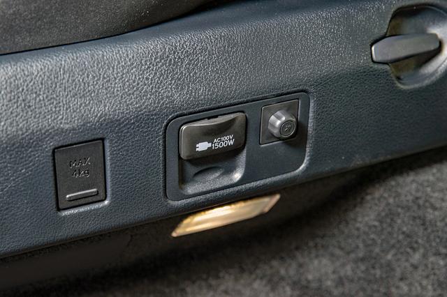 画像: ハイブリッド車にはオプションでAC100Vのコンセントが装備できる。右側の丸い出っ張りはアース。