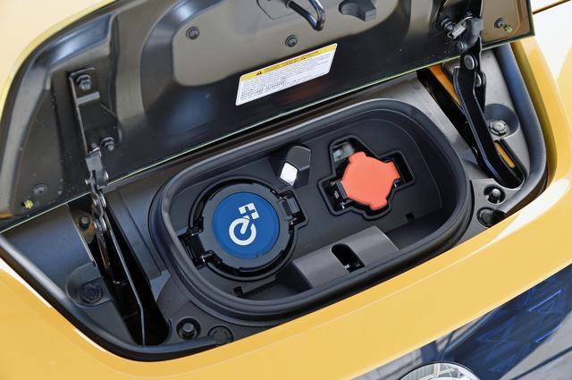 画像: 急速充電ポートのカバーに「e+」のロゴが入っているのは識別点のひとつ。