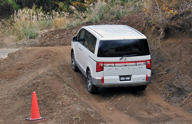 画像: やや湿った路面では、FFではスタックしてしまうが、4WDオートに切り替えれば難なくクリアできる。