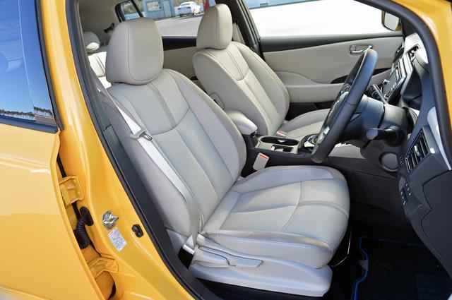 画像: シートやドアトリム、ステアリングなどに鮮やかなブルーのステッチを採用して日産のEVを表現。