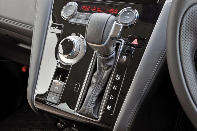 画像: ATセレクター左のダイヤルで、2WD、4WDオート、4WDロックを切り替える。走行中でも操作可能。