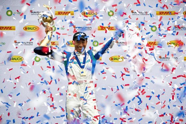 画像: 2017年、最終戦のインディアナポリスで優勝してワールドチャンピオンに決定した室屋選手。