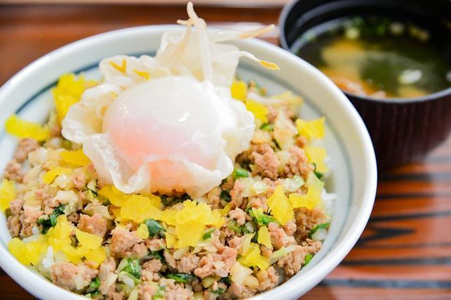画像: 浜名湖SA「浜名湖餃子丼(750円)」のとろーり半熟卵、そのままいただく? 割ってから? それとも混ぜてから?