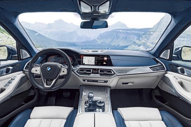 画像: 音声とAIを使った「BMWライブコックピットプロフェッショナル」を装備。ハードスイッチは最小限なのですっきりした印象。