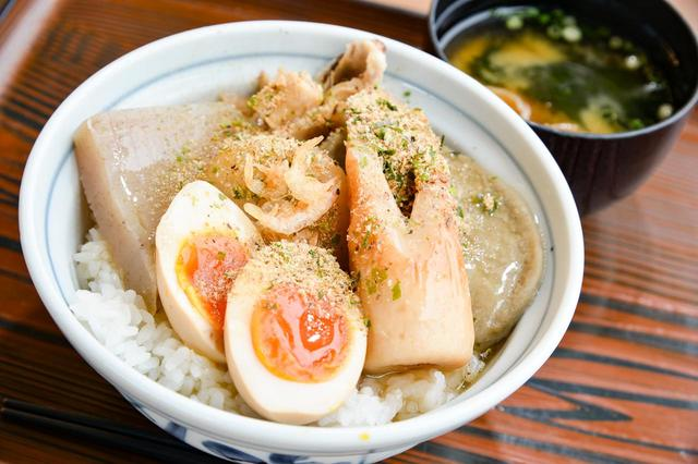 画像: おでんをのせただけ…ではない!浜名湖SAの「静岡おでん丼(780円)」。つゆだくです。