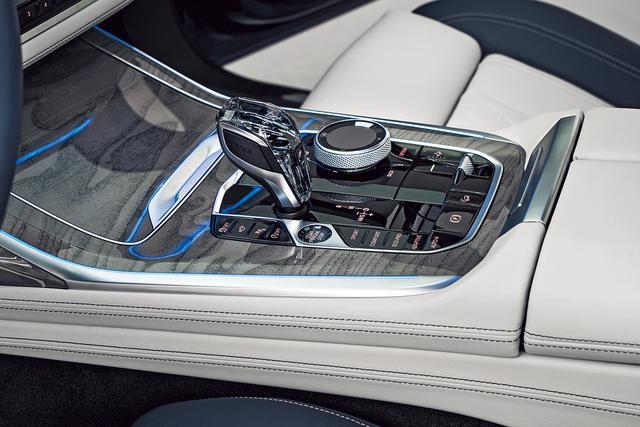画像: フラッグシップに相応しいデザイン、素材、質感を誇る。トランスミッションは全車8速AT。