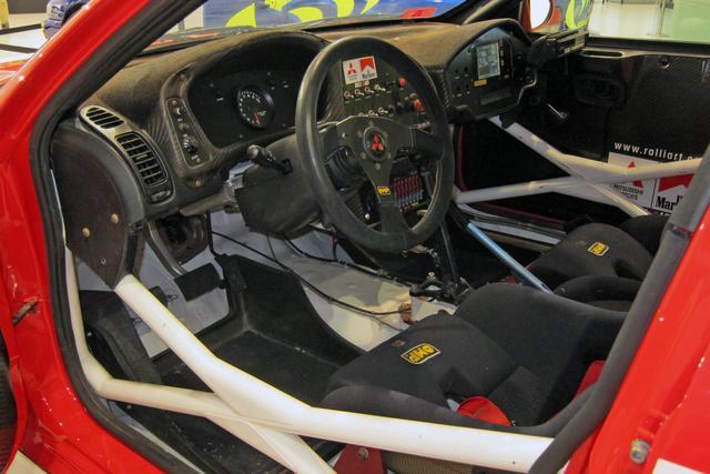 画像: ドライバー前のメーターはシンプルに、ナビゲーター側の計器やスイッチ類は複雑になっていった。