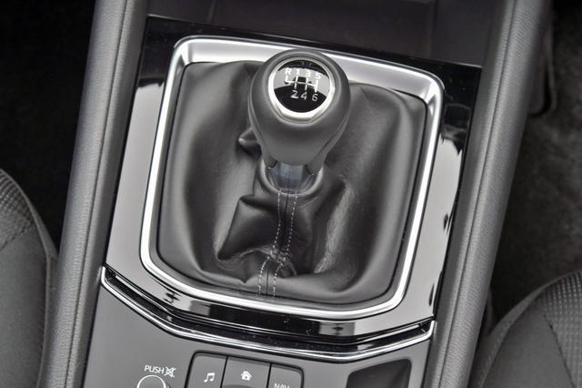 画像: CX-5のディーゼルのみにMTを設定。ATに比べギア比が全体的に高めでモード燃費でも大きく上回る。