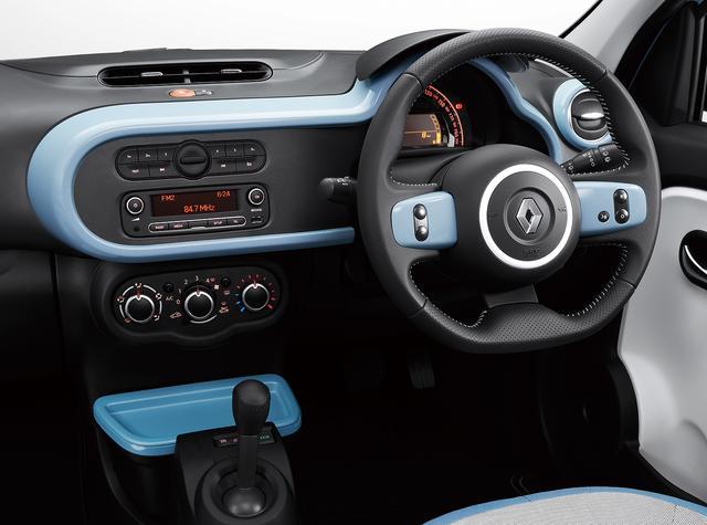 画像: ブルードラジェのボディカラーにはホワイトのアクセントカラーが配される。ボディのサイドには上下に2本のホワイトラインが入り、ドアミラーもホワイトとなる。一方インテリアはボディカラーと同系色のブルーがアクセントとなる。
