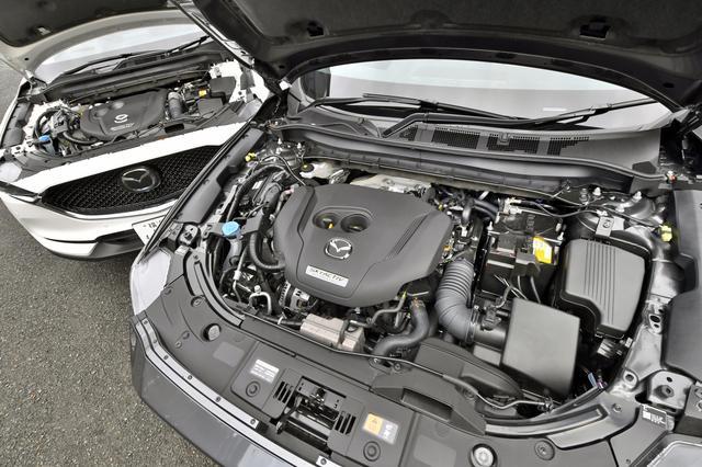 画像: エンジンルームの見た目は大きく変わらない(左がディーゼル、右がガソリン)。圧縮比はディーゼルが14.4と極めて低く、ガソリン自然吸気の「25S」が13.0と高く、ターボ付きの「25T」も10.5と過給機付きとしては高め。