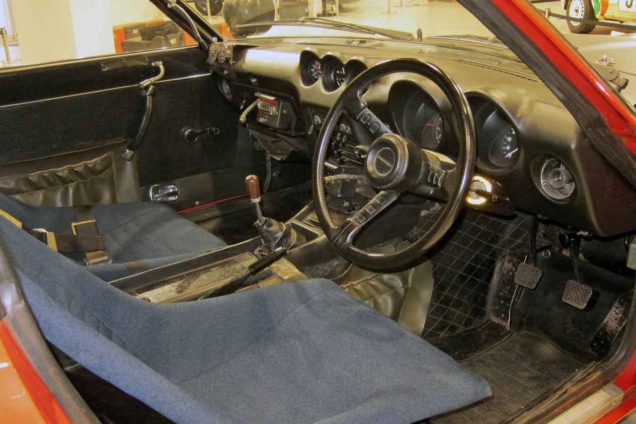 画像: 助手席前にナビゲータ用の計器が備わるが、インパネまわりは、ノーマルから大きくは改造されていない。