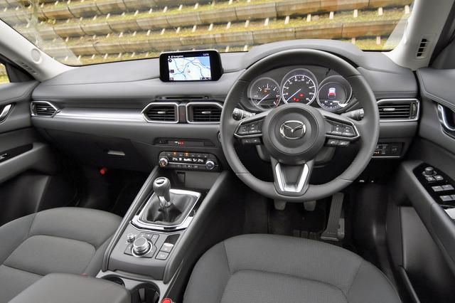 画像: CX-5のインパネ。商品改良時にエアコンパネルと各種スイッチ、ダイアルのデザインが新しくなり質感と操作性が向上。「マツダ コネクト」はApple CarPlayとAndroid Autoに対応した。こちらの内装色はブラック。