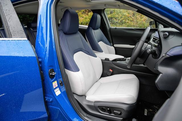 """画像: 最上級モデル""""""""バージョンL""""のフロントシート。ブルーを取り入れたインテリアは新設定の「コバルト」仕様。"""