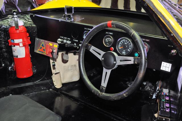 画像: レーシングカーらしい視認性を重視したシンプルなコクピット。