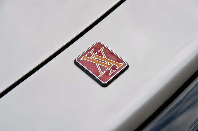 画像: ボンネット前端に付けられたXXのエンブレム。