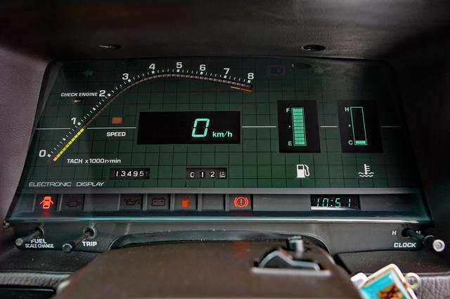 画像: デジタルメーターは当時の流行。燃料計や水温計もバーグラフで表示された。