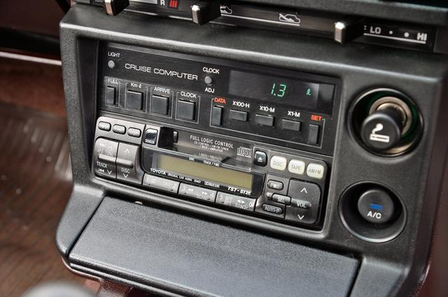 画像: オーディオの上にはオプションでクルーズコンピュータも備わっていた。