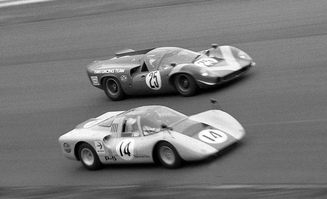 画像: 1968年の日本グランプリで30度バンクを走るP-5。並走するのは滝レーシングのローラTー70。